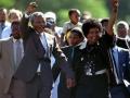 نلسون ماندلا بهمراه همسرش پس از آزادی از زندان  پس از گذراندن 27 سال. 11 فوریه 1990.jpg